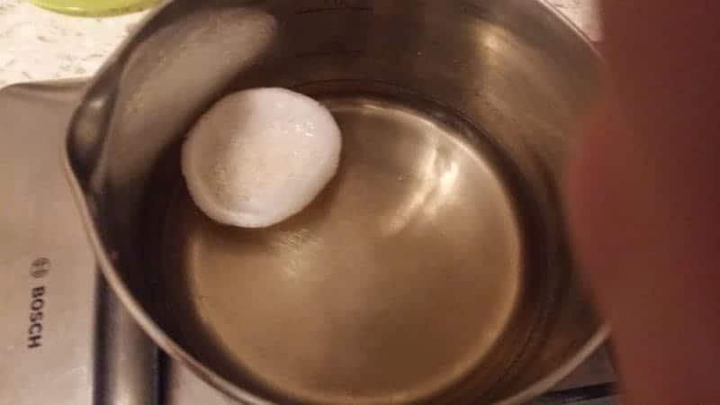 чипсы опустить в растительное кипящее масло