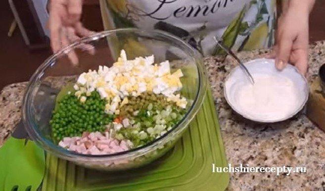 добавляем майонез в салат оливье и перемешиваем
