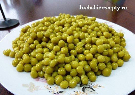 добавляем конц. горошек в оливье