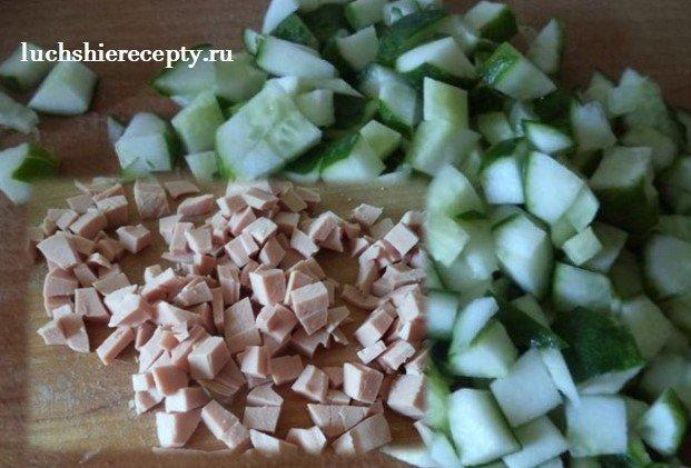 нарезаем кубиками огурцы и колбасу для оливье