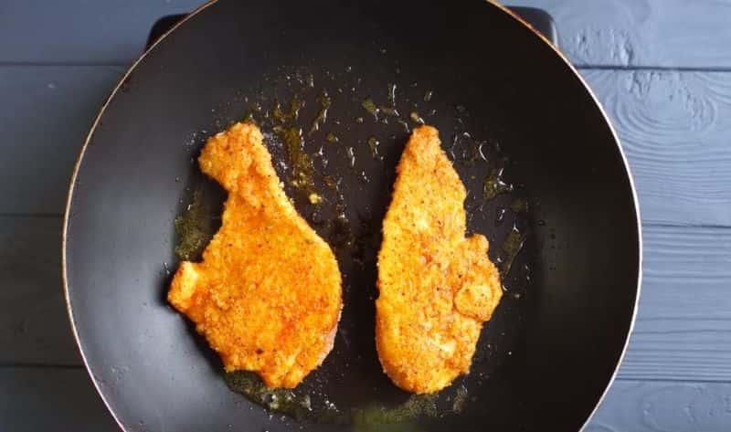 режем грудку курицы на тонкие ломтики