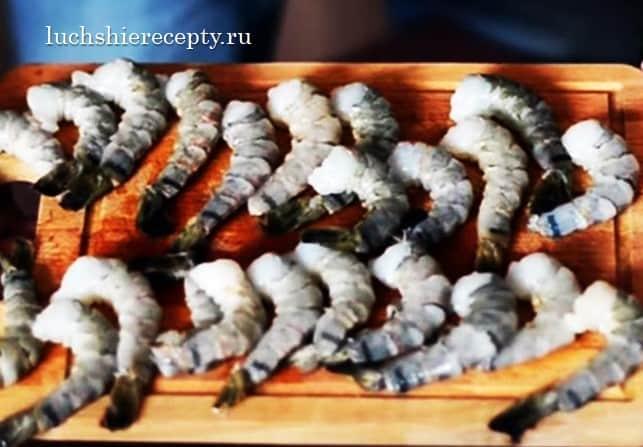 добавляем креветки в салат цезарь