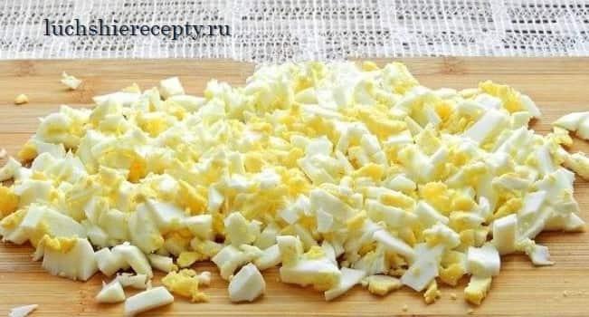 нарезаем яйца для салата