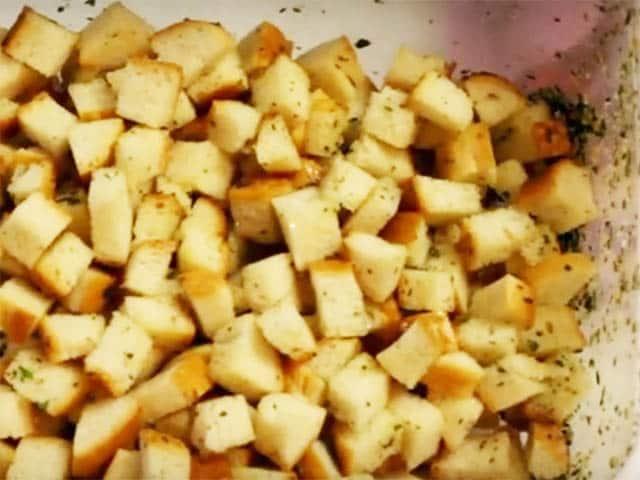 перемешиваем сухарики с курицей в салате цезарь