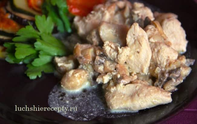 подаём к столу салат с курицы в сливках с грибами