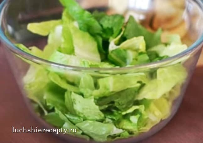 подготовим листья салата в цезарь с креветками