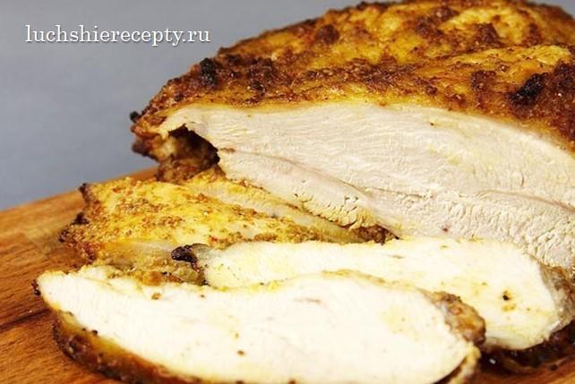 режем филе копченой курицы в салат цезарь
