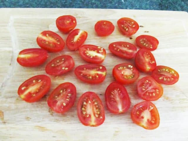 режем помидорчики черри в салат цезарь