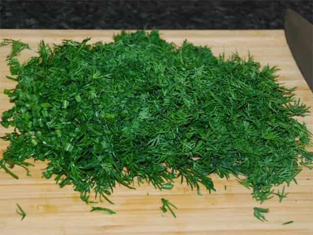 режем укроп в салат цезарь