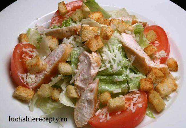 салат Цезарь с копченой курицей и помидорами