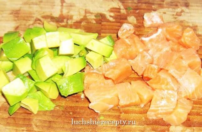 семга и авокадо укладываем кусочками