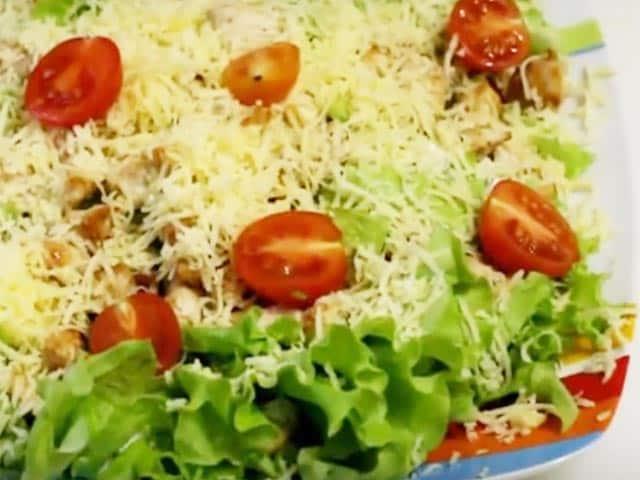 укладываем красиво на тарелку салат цезарь с курицей
