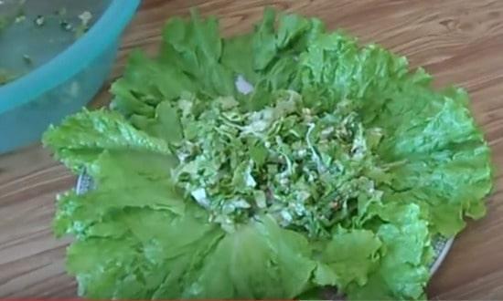 укладываем листьями салата