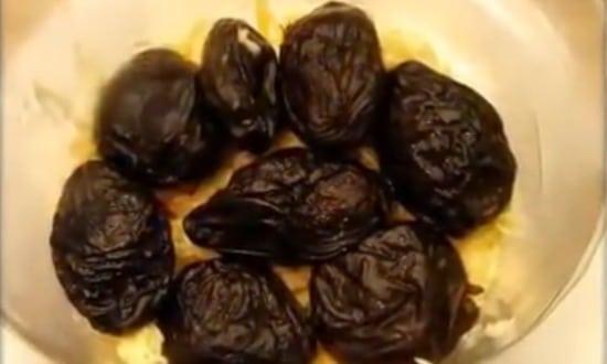 выкладываем начиненный грецким орехом чернослив