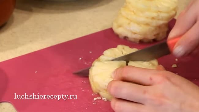 ананасы режем на маленькие кубики