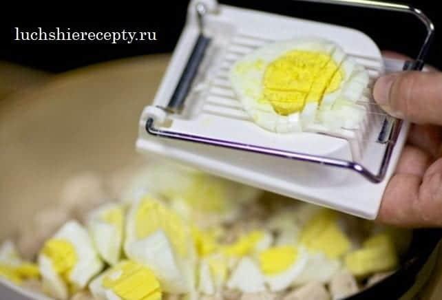 измельчаем яйца на яйцерезке