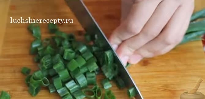 измельчаем зелень - лук