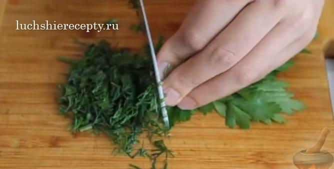 измельчаем зелень - петрушка