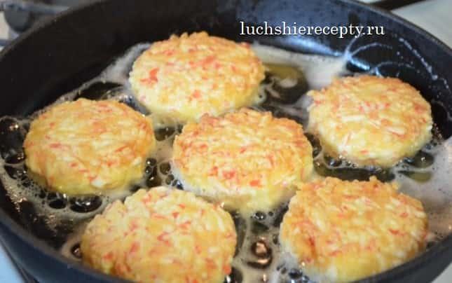 крабовые котлетки обжариваем в сковороде