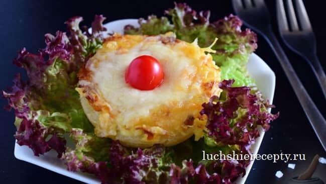 Куриные медальоны с ананасами и сыром в духовке