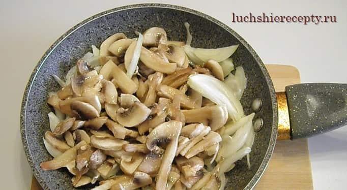 лук и грибы обжариваем
