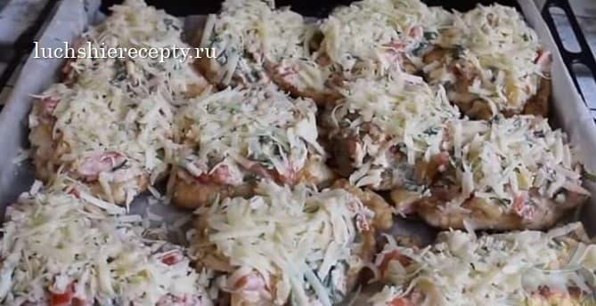 на каждый кусочек курицы выкладываем овощную смесь