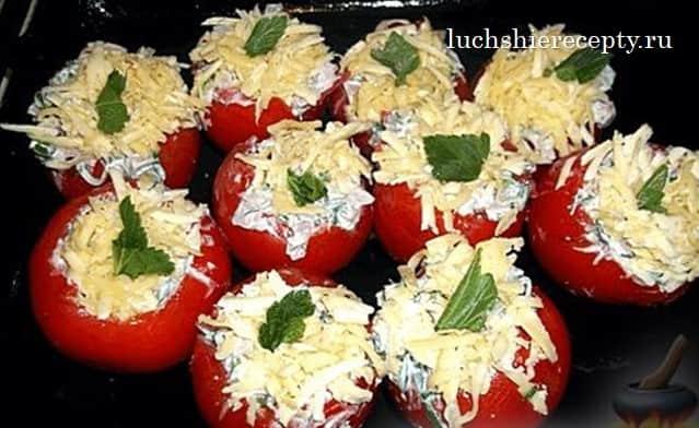 Наполненные помидорки помещаем в противень