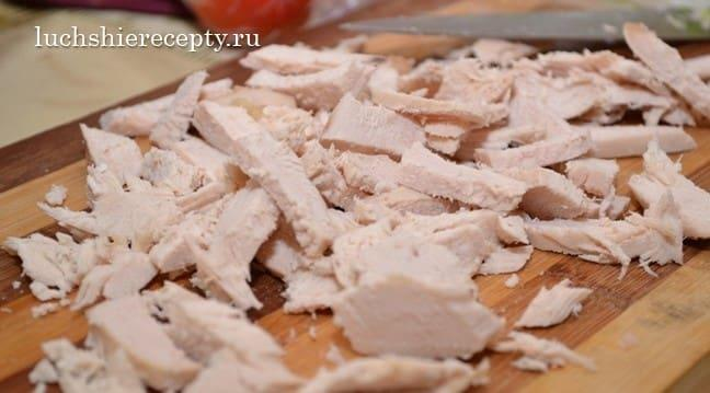 отварную грудку для салата режем тонкими пластиками