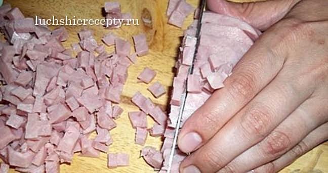 приготовим начинку режем ветчину
