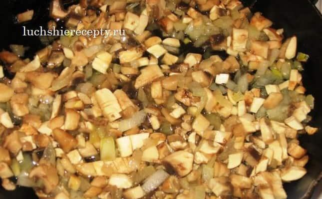 режем грибочки на мелкие кусочки
