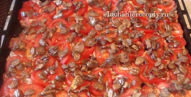 шампиньоны укладываем на помидорчики