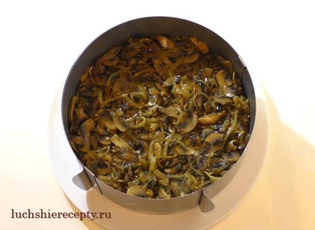 следующий слой укладываем грибочки