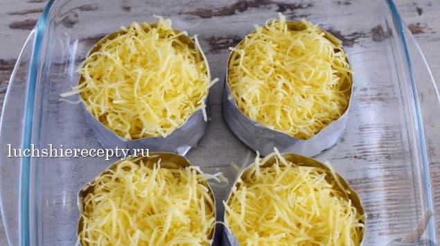 сверху ананасы покрываем сыром