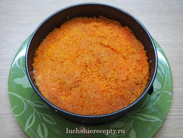 укладываем слой тертой моркови