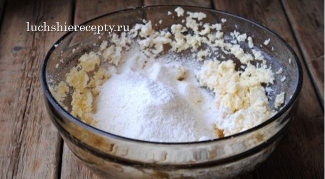 добавляем муку, в которой уже есть соль и разрыхлитель