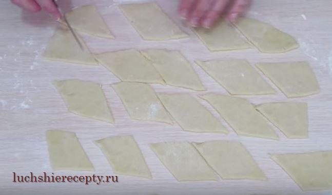 нарезаем тесто ромбики