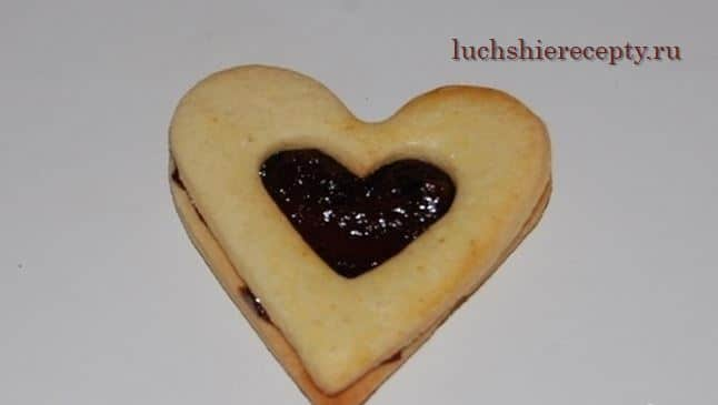 укладываем сверху печенье с вырезанным сердечком