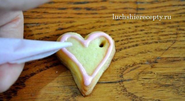 выдавливая глазурь украшаем печенье