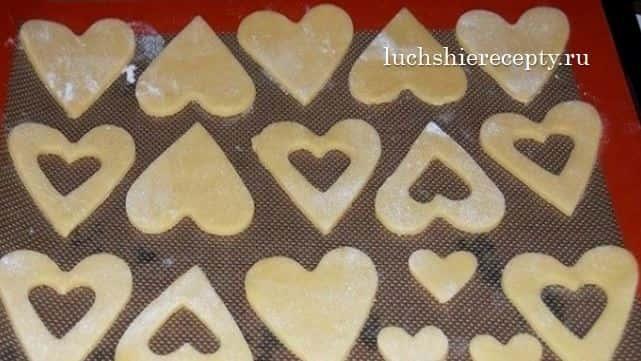 вырезаем печенье формочками сердечек