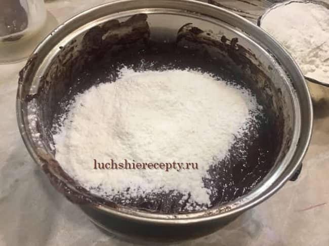 добавляем муку в шоколадную массу