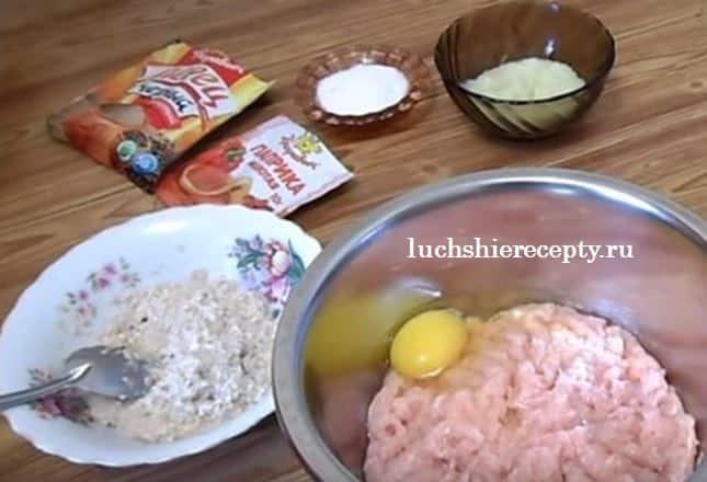 лук яйцо соль добавляем в фарш
