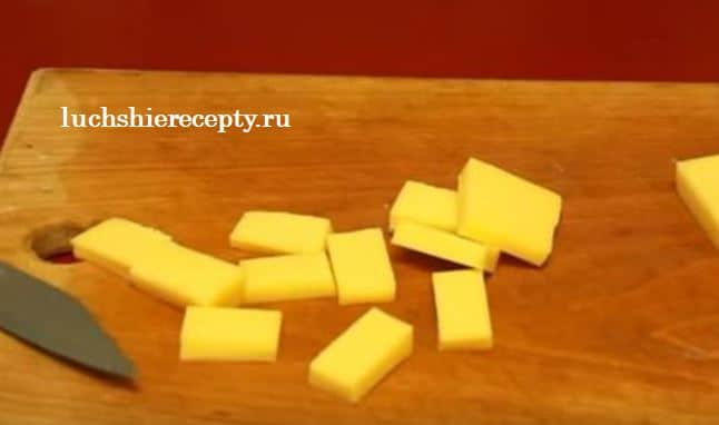 нарезаем твердый сыр на прямоугольники