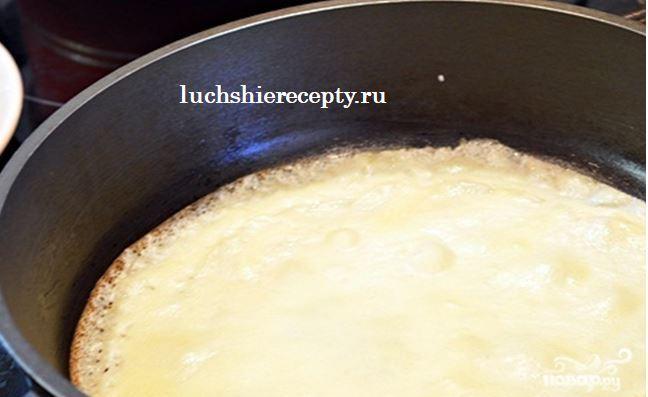 порциями выливаем тесто на смазанную маслом сковородку