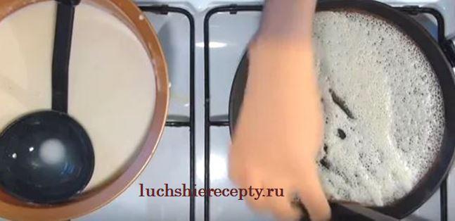 поварежкой аккуратно наливаем тесто на сковородку