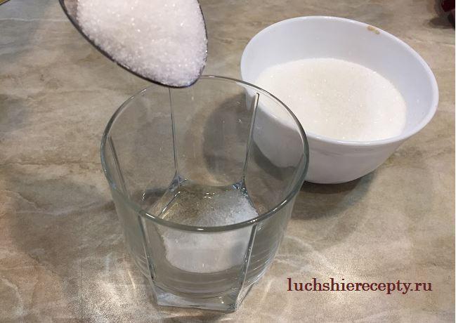 в стакане смешайте воду, соль, сахар и масло