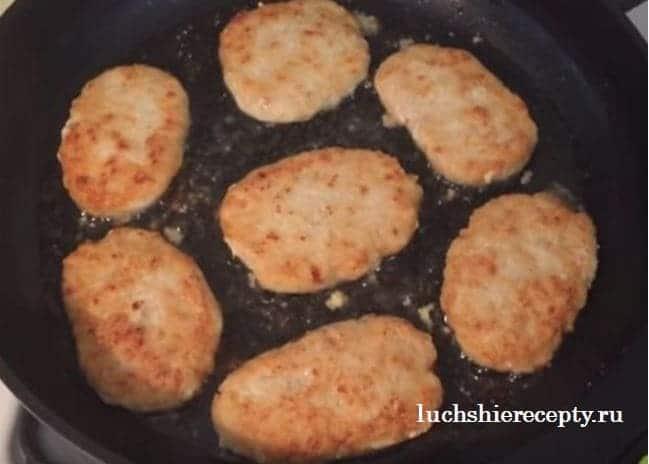 жарим куриные котлетки на сковороде