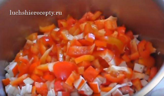 добавляем нарезанный красный болгарский перец