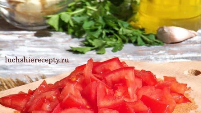 нарезаем помидоры на кусочки