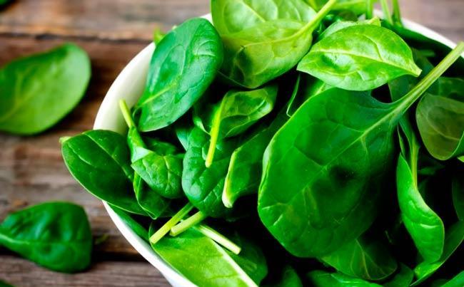нежно зелёный оттенок яйцам придаст шпинат