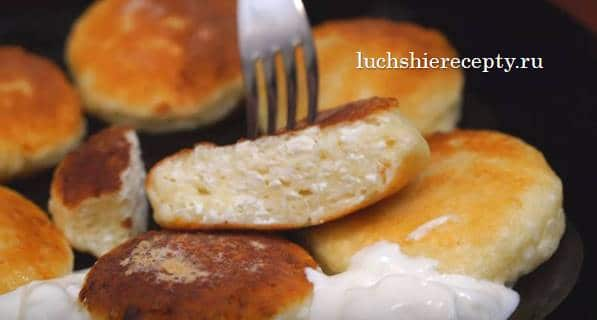 выложить сырники на блюдо и подать